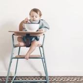 """DIVERSIFICATION ALIMENTAIRE  """"Entre 4 et 6 mois : on commence à goûter à tout"""", c'est la nouvelle recommandation de Santé Publique France pour la diversification alimentaire des bébés.  Un enfant peut commencer à découvrir toutes les familles d'aliments entre 4 et 6 mois, y compris ceux qui peuvent provoquer une allergie (œufs, arachides…). Il en est de même pour le gluten. On sait aujourd'hui que plus les enfants goûtent tôt ces aliments, plus ils sont capables de développer leur tolérance. Vous pouvez cependant demander l'avis de votre médecin traitant ou de PMI s'il y a des allergies dans la famille.  Rappelez-vous qu'après 6 mois, le lait seul ne suffit plus à couvrir ses besoins.  Et bien sûr, on ne teste jamais plus d'un goût nouveau à la fois, notamment pour détecter d'éventuelles intolérances.  Retrouvez le lien de l'article de @mangerbougerfr en bio.   Photo @charliecraneparis"""