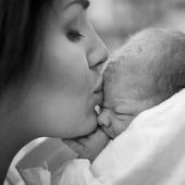 """PIC DE NAISSANCE  Aujourd'hui c'est le jour où il y a le plus de naissances dans l'année. Chaque année, ce jour-là il y a 5% de naissances en plus par rapport aux autres jours. Pourquoi? Ce pics correspond à des """"conceptions du Nouvel An"""". Bienvenue à ces bébés de la nouvelle année!  Photo @evarosebirth"""