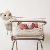 NAISSANCE  Ce petit berceau de la maternité, vous en souvenez-vous? 🤍 (on peut d'ailleurs aussi en louer en pharmacie)   Photo @dans_les_valises_des_garcons