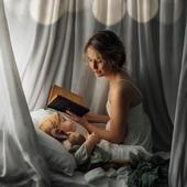 """HISTOIRE  Presque tous les parents racontent une histoire à l'enfant avant de dormir ou lors d'un temps calme, et un tiers d'entre eux inventent des histoires. La lecture d'une histoire a beaucoup de vertus : elle facilite l'acquisition du langage et elle permet à l'enfant de développer sa capacité d'écoute et de concentration. De plus, elle favorise le lien avec le parent, c'est un moment tendre où l'enfant se blottit, notre voix le réconforte, la routine les rassure, les histoires leur permette de vivre des émotions, de mieux vivre certaines de leurs expériences. On peut également lire l'histoire sous forme de jeu, échanger avec l'enfant, s'attarder sur les passages qu'il préfère, il verra qu'on prête attention à lui. C'est aussi l'occasion de lui apprendre des choses, des mots, de lui faire découvrir des univers différents, de voyager.  Et parfois nous choisissons des livres qui nous ont plu dans notre propre enfance, personnellement c'était l'histoire """"Les bons amis"""" qui me rappelait aussi ma maman qui me le lisait quand j'étais petite.  Et vous?  Photo @meg_nlo"""