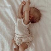 SOMMEIL  Le sommeil du nouveau-né est parfois un casse-tête pour les parents, dont le sommeil est aussi perturbé par conséquence. Nous avons rencontré une infirmière puéricultrice qui nous a tout raconté sur le sommeil de nos tout-petits. C'est passionnant, le lien est en bio, nous vous souhaitons une bonne lecture et plein de courage pour ceux qui sont dans la période un peu chaotique. N'oubliez pas, rien ne dure, tout passe. Merci Céline pour cet article! 💙  PS : j'adore cette période où lorsqu'ils étendent leur bras, au maximum la main ne va pas plus haut que le sommet du crâne 🤍  @hank_knitwear