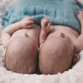 """GÉMELLÉITÉ  Des jumeaux prévus par ici? Ils représentent environ 17% des naissances, ce qui fait en France environ 12.500 bébés par an, les triplés et quadruplés sont un peu moins de 200 par an en France. Une grossesse multiple est suivie dans une maternité de niveau 3 par précaution. Si vous êtes enceinte de """"multiples"""", il est utile de se rapprocher de l'association """"Jumeaux Et Plus"""" qui vous apportera tous les renseignements nécessaires et de l'aide si besoin. Camille du LiVRE BLEU avait fait appel à eux pour l'arrivée de ses jumeaux et a trouvé ce soutien précieux. Très bonne grossesse à toutes.  Photo @candiceheninparis"""