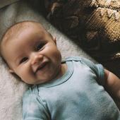 PREMIERS SOURIRES  Vers 2 mois bébé commence à nous sourire. Et quel bonheur.  Photo @kelmaeo