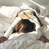 REPOS  On va très prochainement parler de sommeil et de récupération. Nous sommes sûres que ça vous parle, n'est-ce pas? Dans l'attente, on a mis la photo d'une position qui fait beaucoup de bien pour étirer son dos, d'ailleurs elle fait beaucoup de bien aussi en cas de mal de dos, et personnellement j'essaie de la faire tous les matins au réveil (avant le marathon de la journée!). On vous souhaite une bonne soirée 💙  Photo @cathymadeoyoga